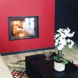 recuperador de calor a lenha para aquecimento central BIOJAQ PZT BX300, instalado numa sala