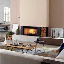 Recuperador de calor a lenha biojaq pzt ecomonoblocco wt enquadrado numa sala com um casal
